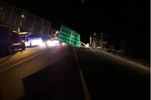 Vehículo se impactó contra una valla publicitaria