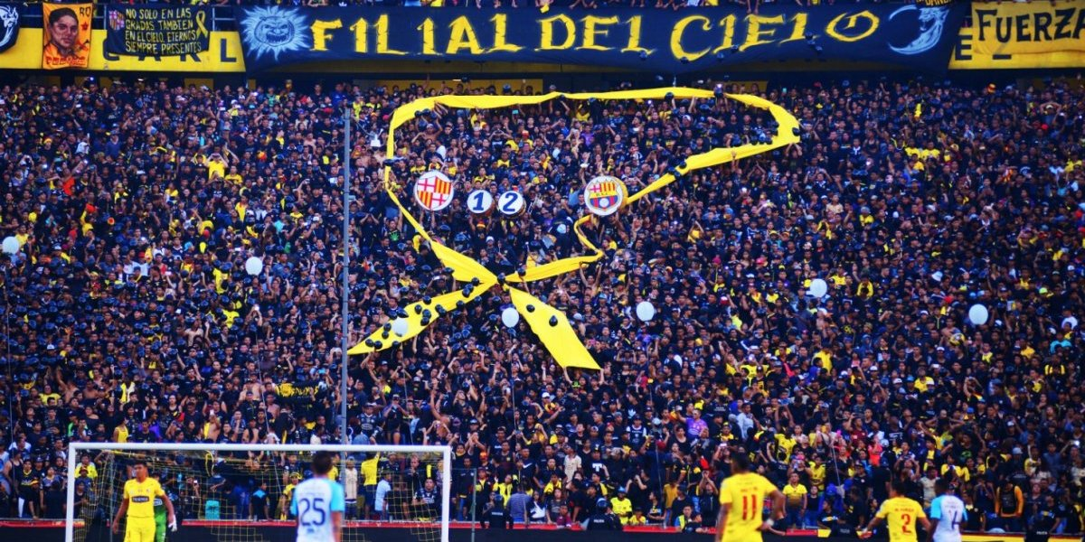 Fanáticos de Emelec no respetaron el luto por los 12 hinchas fallecidos de Barcelona SC