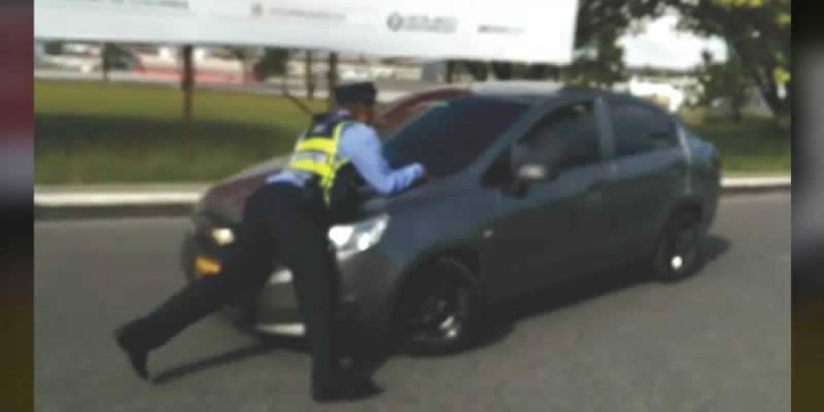 Conductor de Uber atropelló a agente de tránsito para que no le quitaran el carro