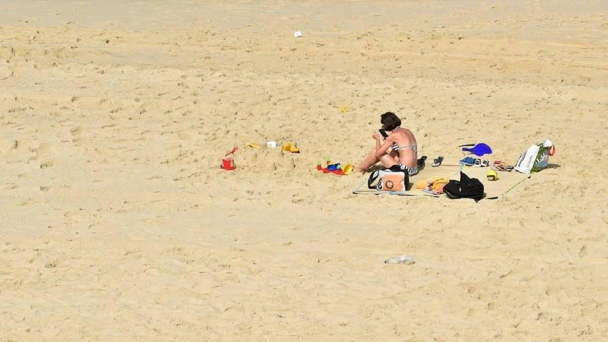Mujer celular playa