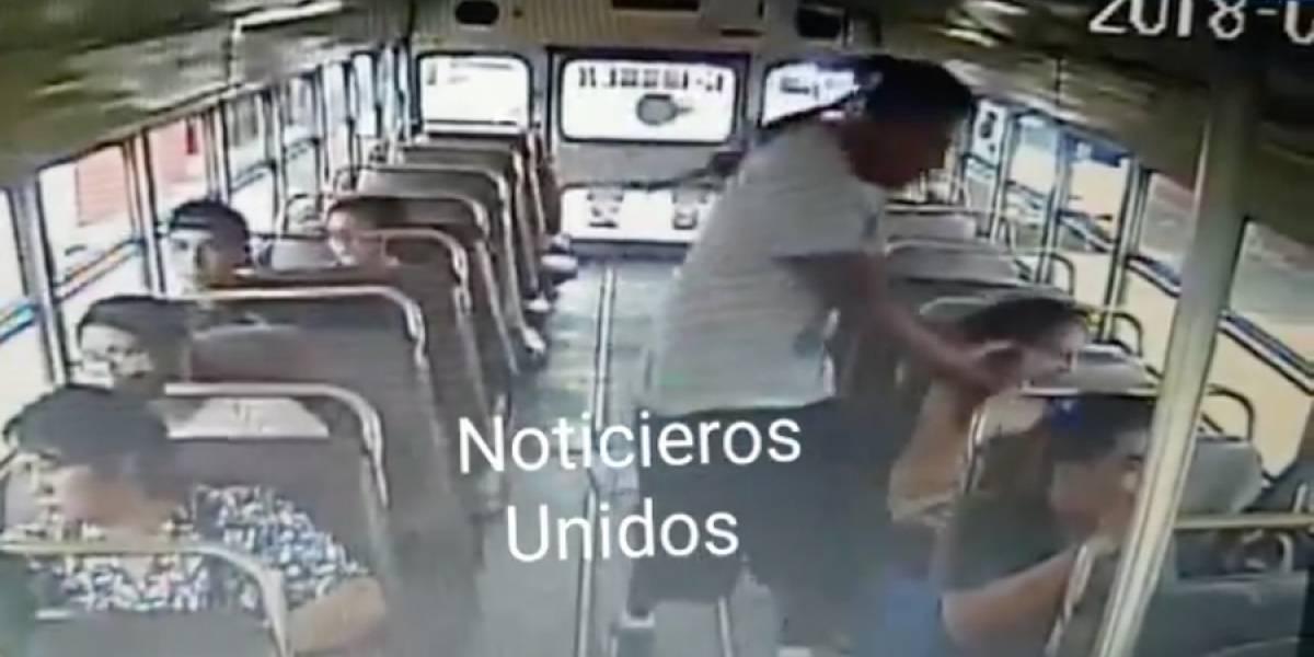 VIDEO. Asalto a mujer en bus extraurbano queda grabado