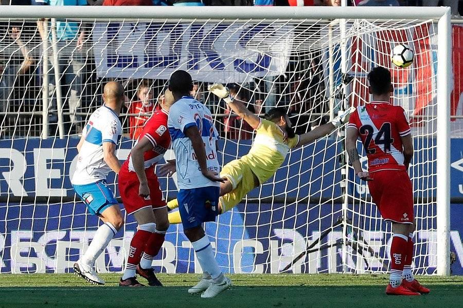 El disparo imposible de César Munder para Jorge Deschamps significó el 1-1 parcial entre la UC y Curicó / Foto: Photosport