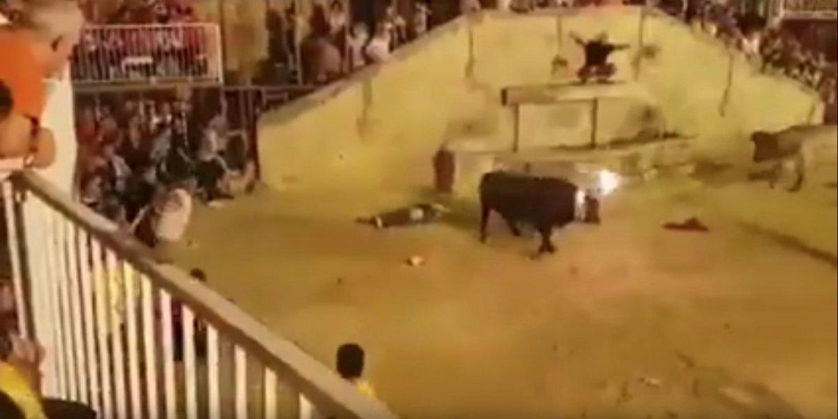 Hombre es atacado por un toro durante festejo en Valencia, España