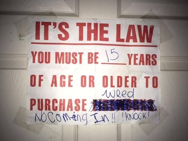 """La niña incluso tenía un cartel en la puerta con letras que decían """"Es la ley: debes tener 15 años o más para comprar hierba""""."""
