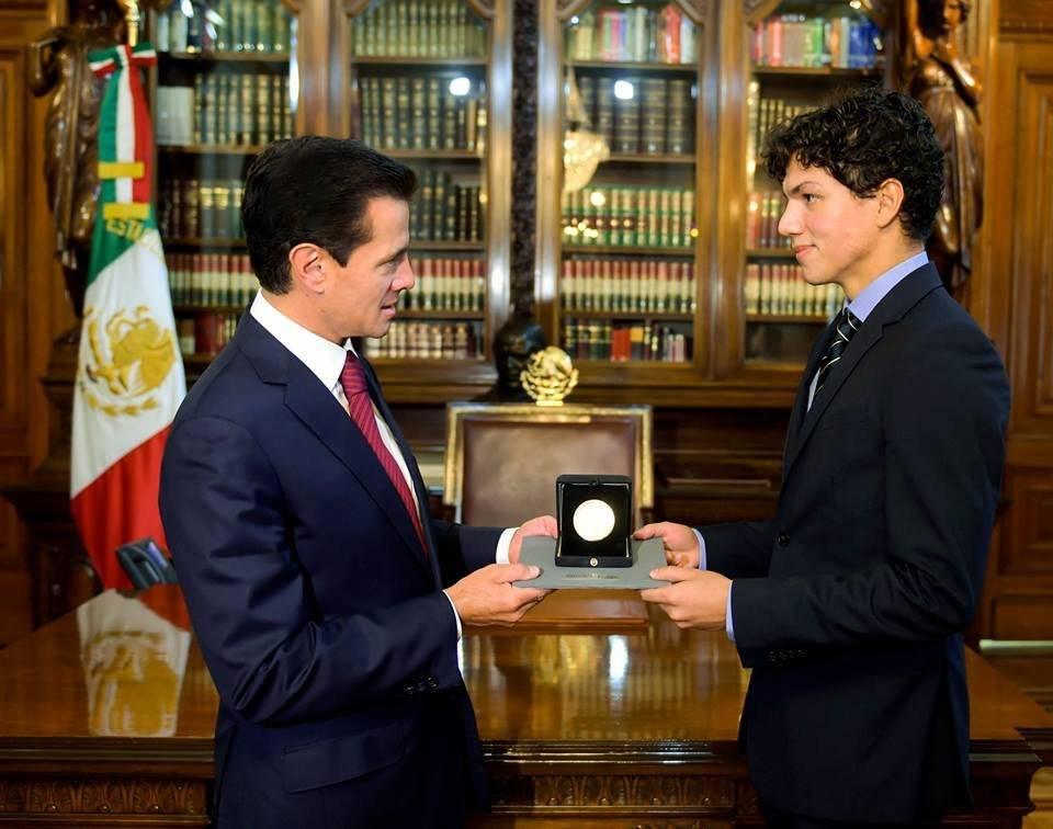 El joven de 28 años recibió la presea de manos del presidente de la República. Foto: Presidencia