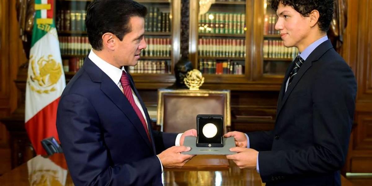 Entrega Peña Nieto la Medalla Bellas Artes a Isaac Hernández