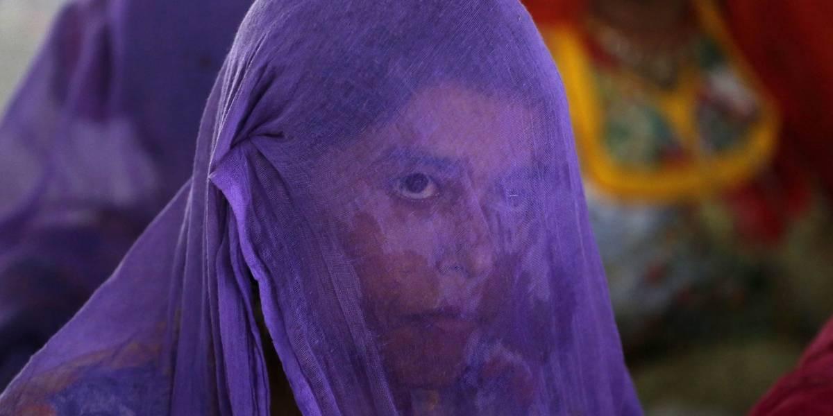 Vecinos en India queman la casa de una mujer, luego la desnudan y la golpean en la calle