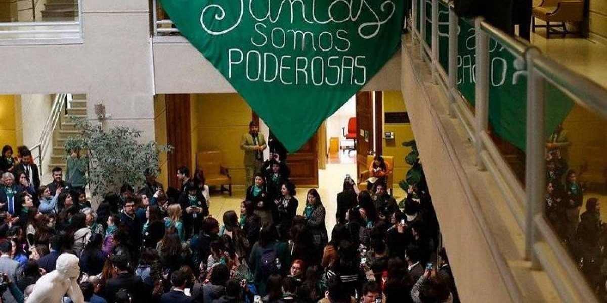 """En Chile aborto libre desata """"guerra"""" de pañuelos en el Congreso"""