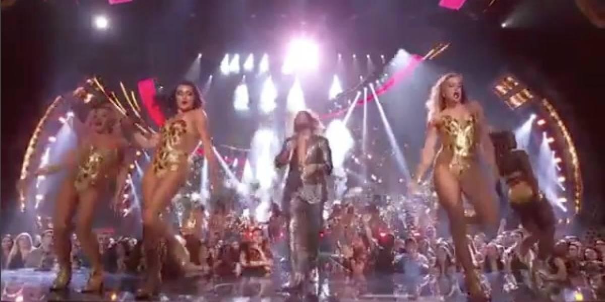 ¿Abuso? En plena transmisión de los VMA's Maluma fue tocado imprudentemente por una mujer