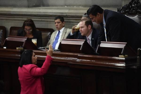 Bac se acerca para hablar con el presidente, Álvar Arzú Escobar.
