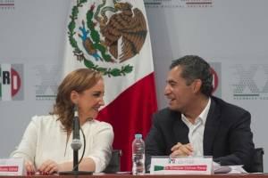 Claudia Ruiz platica con el ex presidente del PRI, Enrique Ochoa