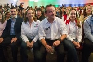Mikel Arriola, ex director del IMSS y Claudia Ruiz