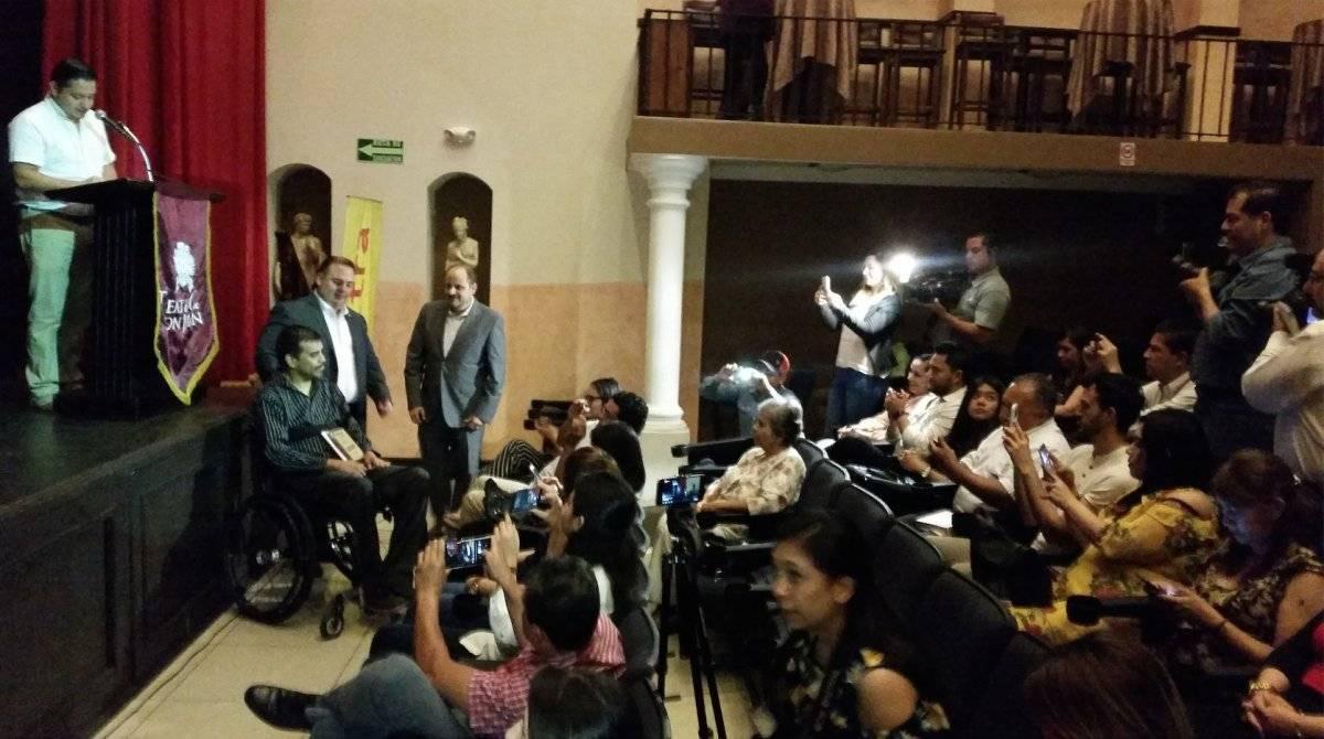 """Enrique Cerón recibió el homenaje """"Chapines Calidá"""", de Elektra Guatemala. Foto: David Lepe Sosa"""