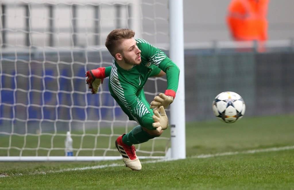 Daniel Grimshaw, actual tercer portero del Manchester City, podría tomar el lugar de Claudio Bravo / Foto: Getty Images