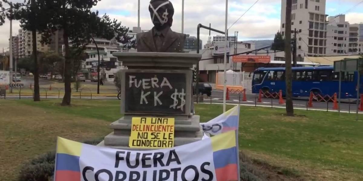 Municipio retira de plaza monumento de Kirchner