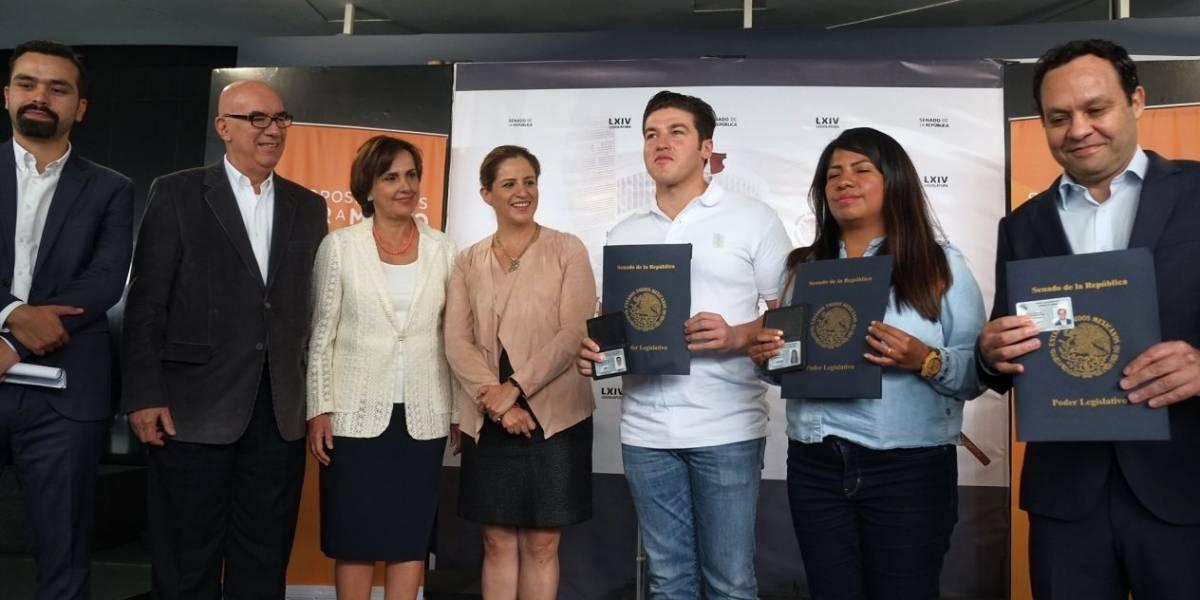 Samuel García recibe credencial del Senado