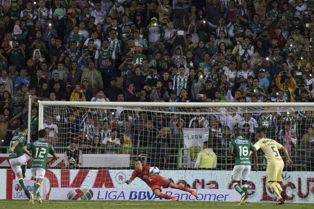 """Boselli """"fusiló"""" a Marchesín en la jugada del penal. / Mexsport"""