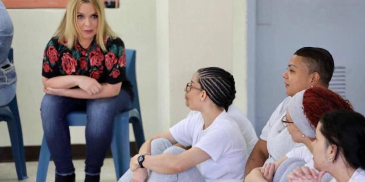 Ednita visita la cárcel de mujeres