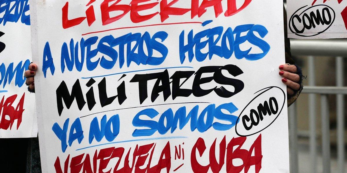 """""""Nuestros héroes militares nos salvaron de ser como Venezuela"""": los carteles que dejó la protesta de familiares de reos de Punta Peuco"""