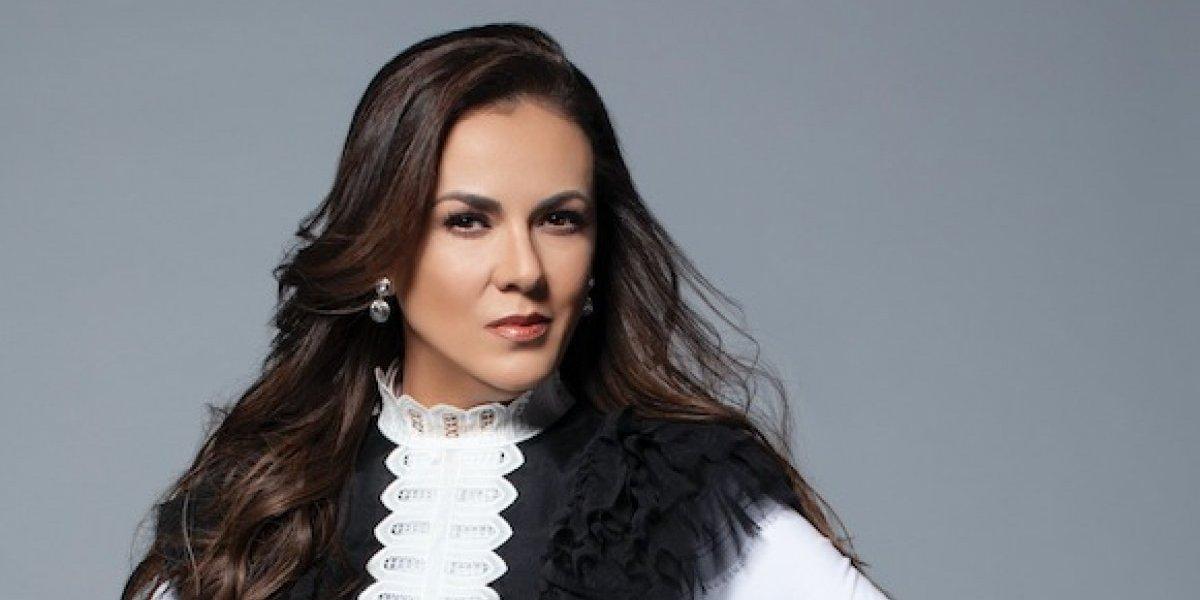 Edith Márquez coloca sus discos en un altar para la buena suerte