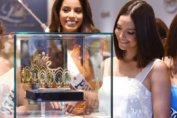Denise Quiñones, directora de Miss Universe Puerto Rico, junto a la nueva corona. Foto: Dennis A. Jones/ Metro P. R.