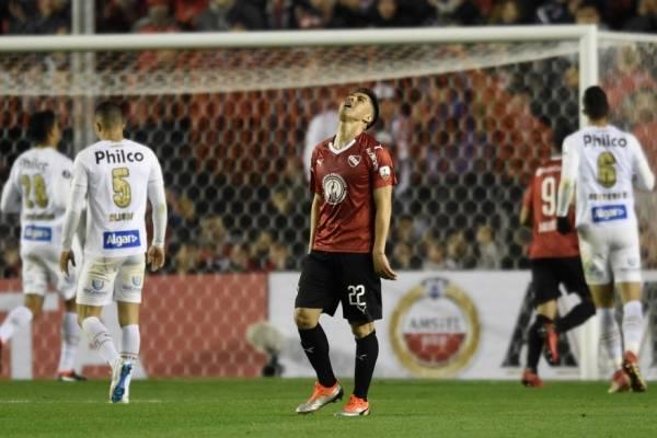 El Gato Silva jugó los 90 minutos como volante de contención en la igualdad sin goles entre Independiente y Santos / Foto: AP