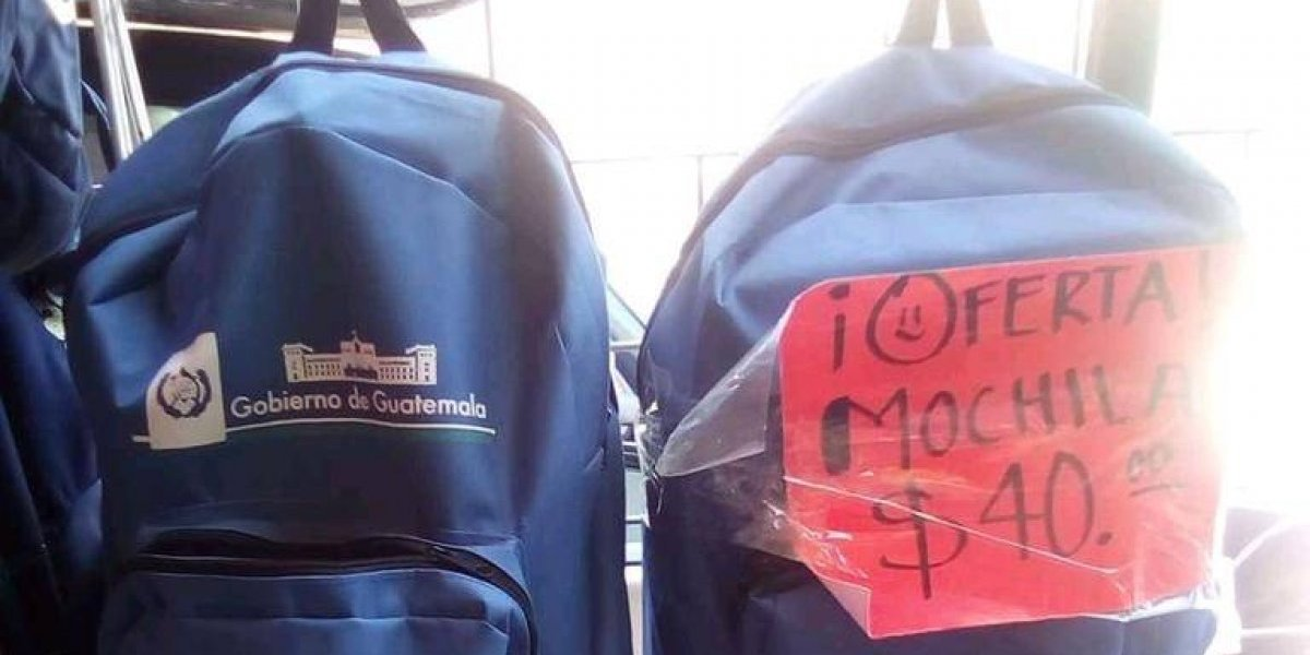 """Viralizan foto de """"oferta"""" de mochilas con el logo del Gobierno de Guatemala en Tapachula"""