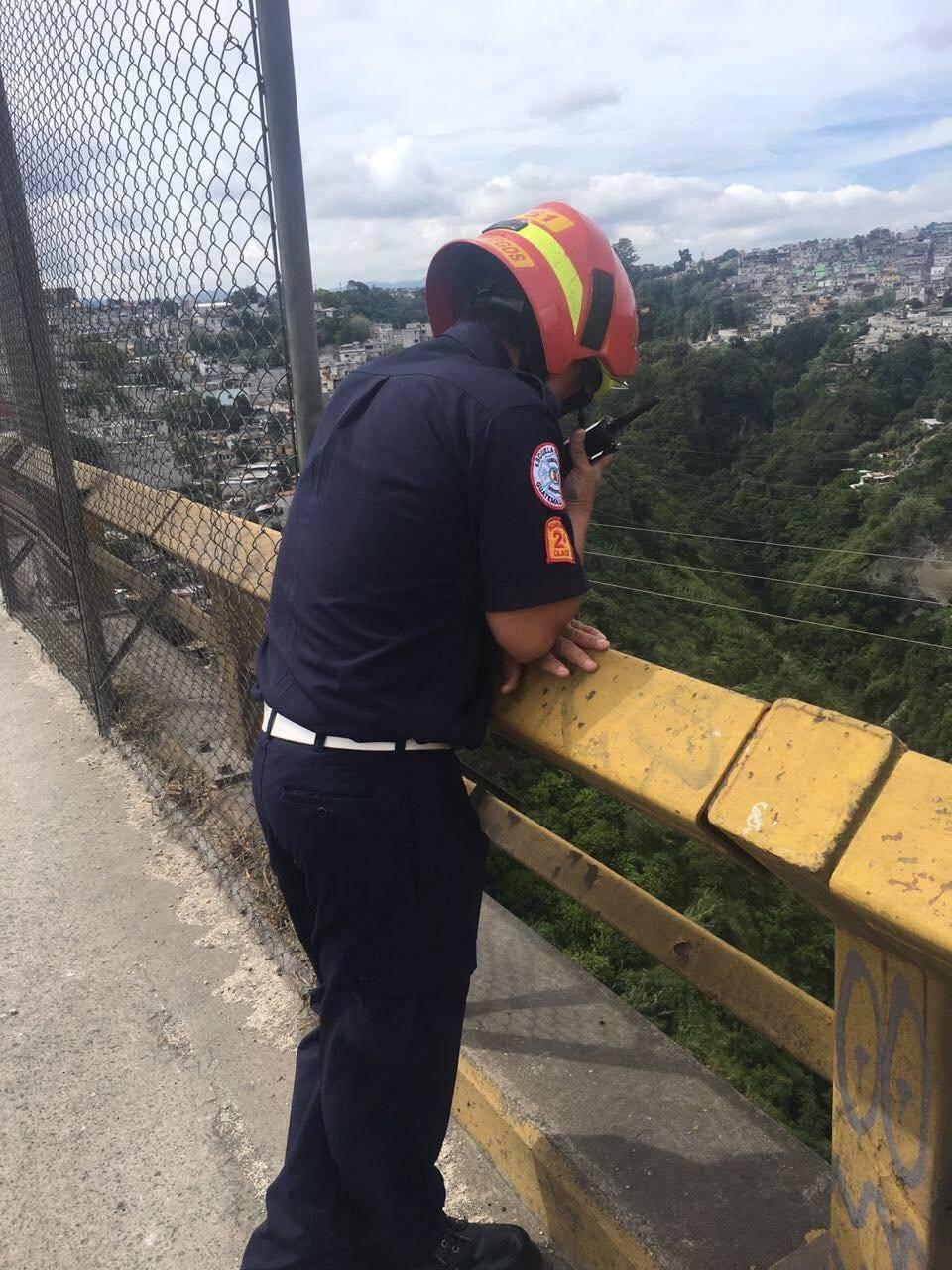 hombre se lanza del puente el Incienso