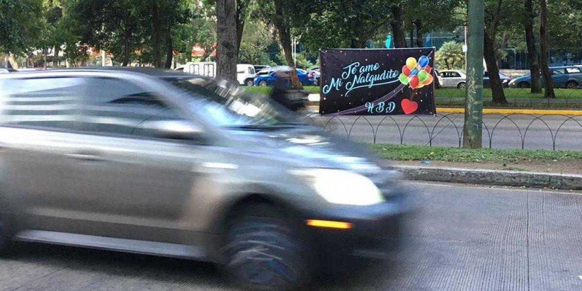 El divertido cartel con dedicatoria especial que acaparó las miradas en la Reforma