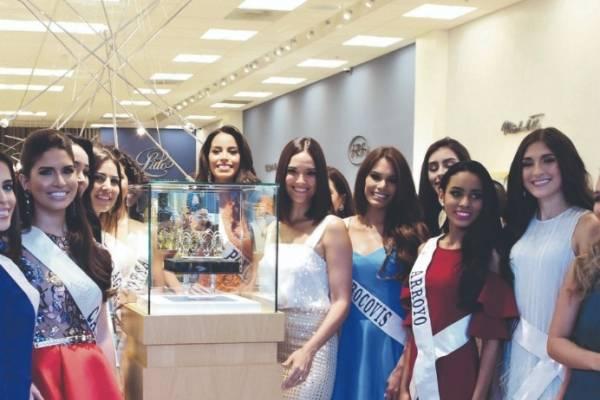 Denise Quiñones, directora de Miss Universe Puerto Rico, junto a la nueva corona dennis A. Jones