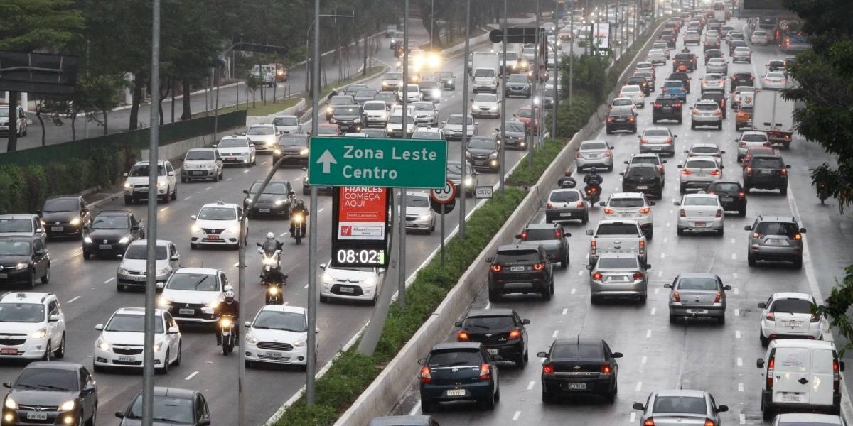 Prefeitura de SP espalha cruzes na 23 de Maio pela conscientização no trânsito