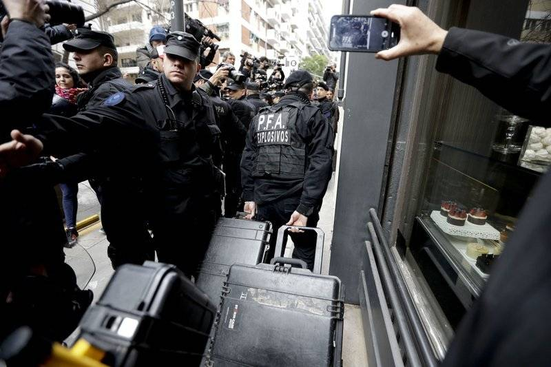 eguidores de la senadora y curiosos estaban apostados en el lugar junto con numerosos periodistas cuando llegaron varias camionetas con efectivos de la división de explosivos y la policía científica