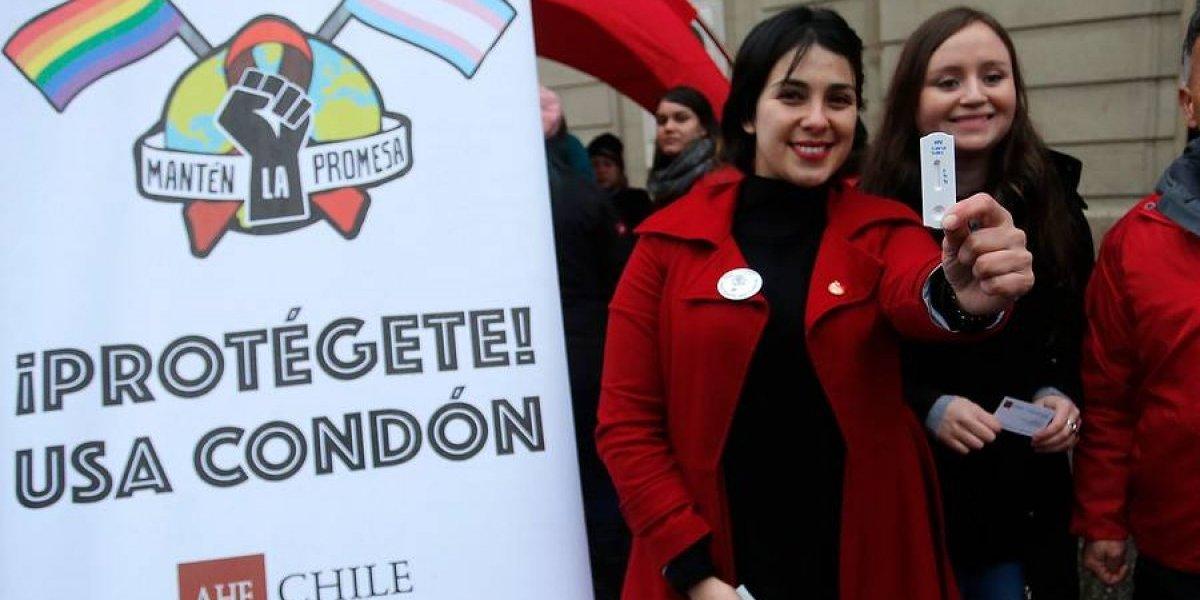 """""""¿Cuánto cuesta un mínimo de sentido común?"""": el enojo de Karol Cariola con alcalde de Santiago por un """"parte"""" durante actividad de prevención del VIH"""