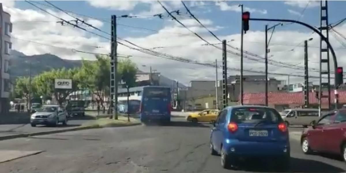 Video: Bus en Quito no respeta el semáforo en rojo y cruza a velocidad