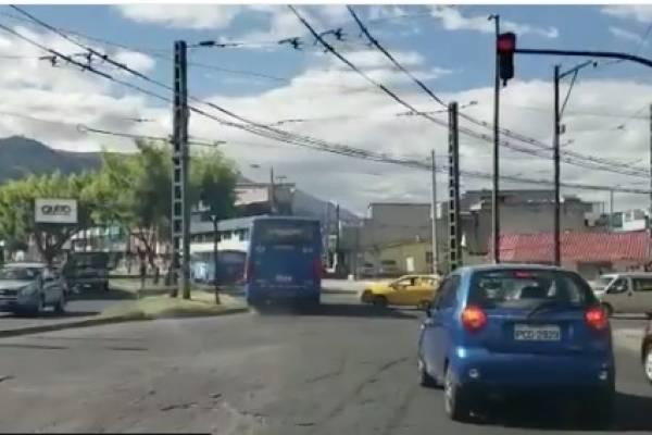 Bus cruza semáforo en rojo en Quito