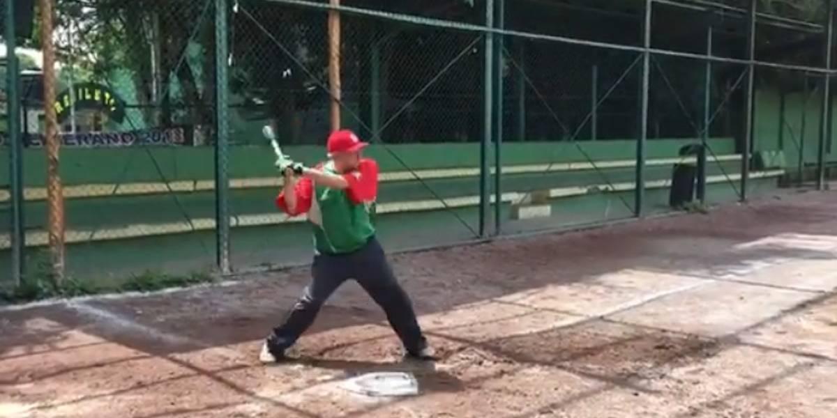 AMLO da un respiro a sus actividades para jugar beisbol