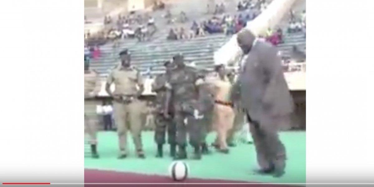 Presidente de Uganda hizo el saque de honor en un partido y… ¡Se cayó!