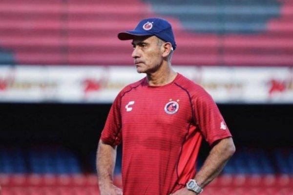 Juvenal Olmos aún no puede sentarse en el banco de Veracruz en los partidos por los puntos / Foto: Facebook Tiburones Rojos de Veracruz