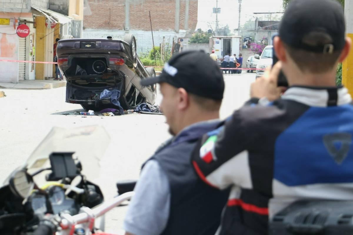 Vecinos y comerciantes, enfrentaron a los elementos de la policía con actos de violencia, volteando un vehículo. Foto: Cuartoscuro