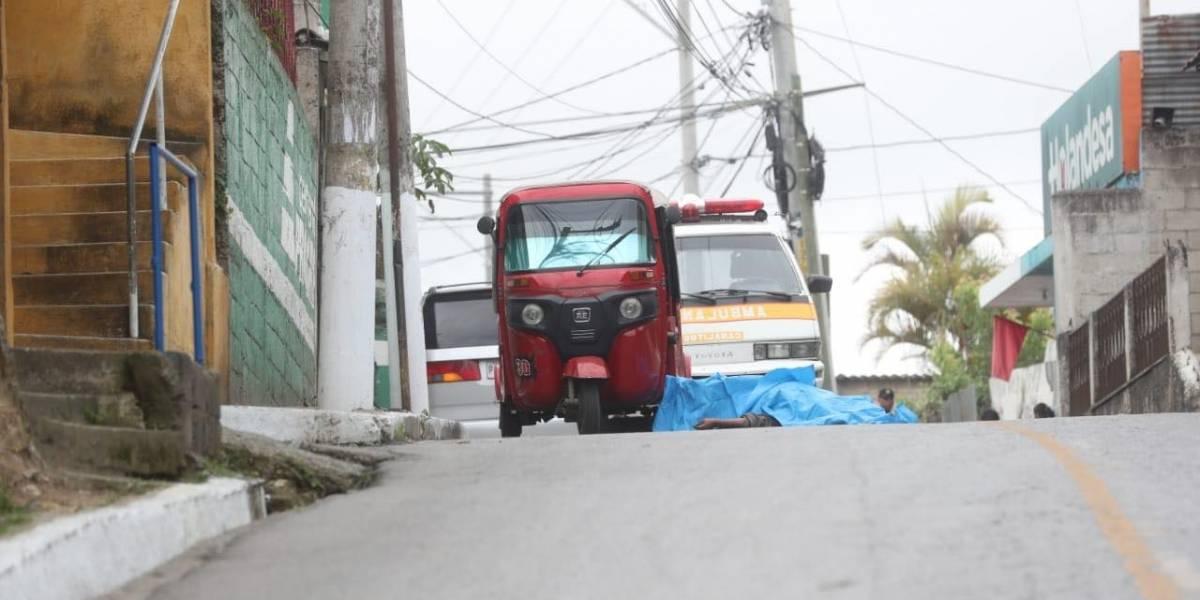 Asesinan a tiros a piloto mientras revisaba su mototaxi