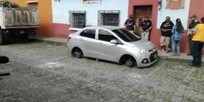 roban llantas a carro en Antigua Guatemala