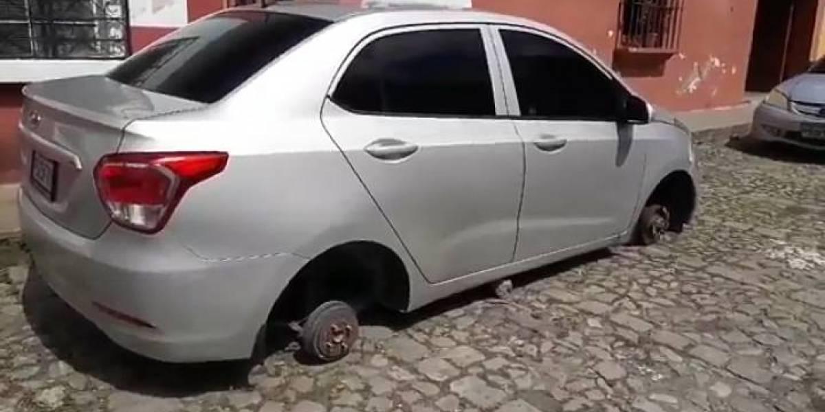 Roban las cuatro llantas de un carro en Antigua Guatemala