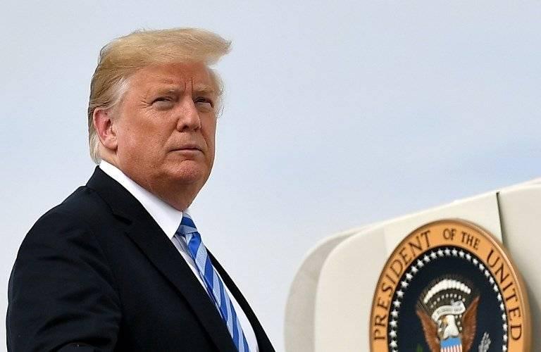 Donald Trump abordando el avión presidencial