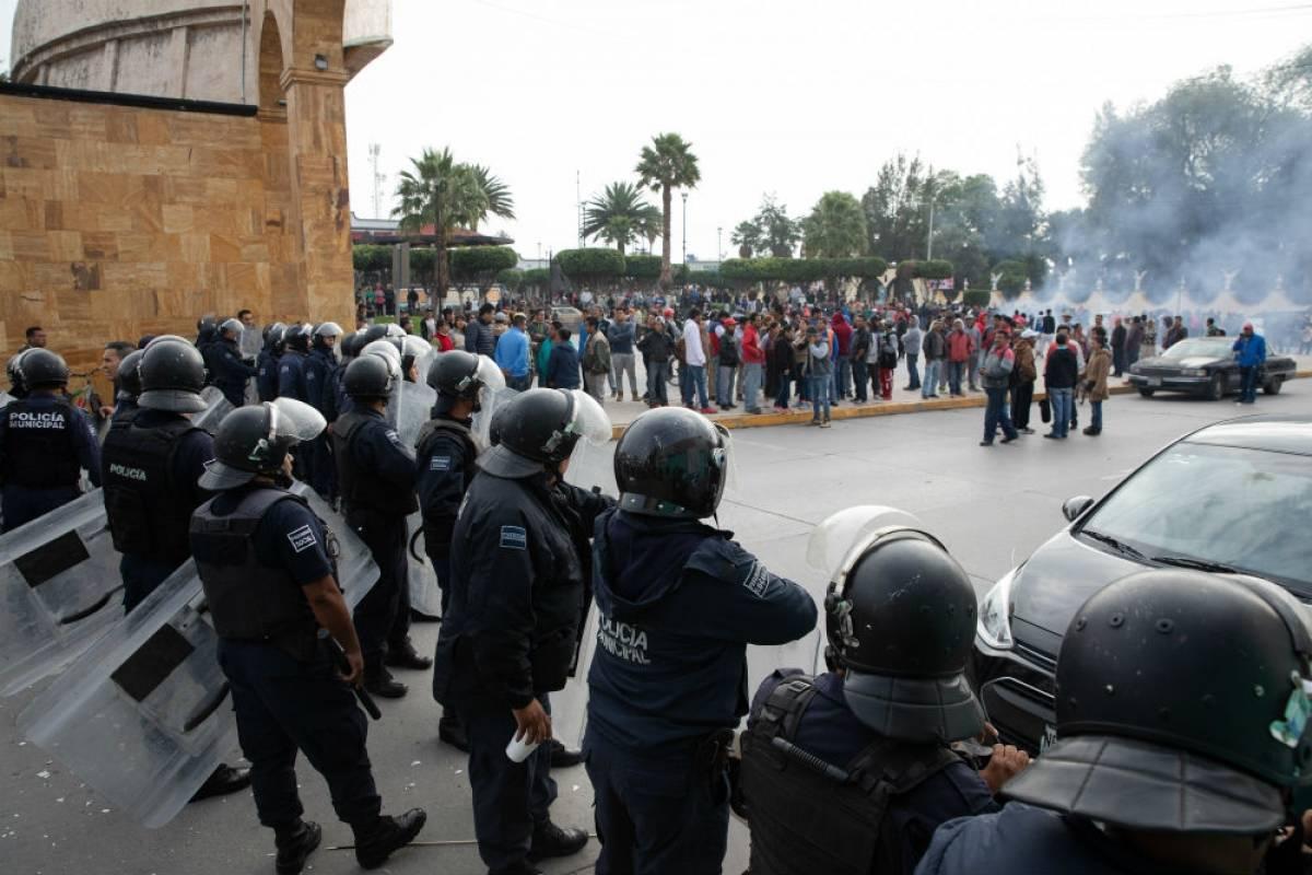 Vecinos y comerciantes apedrearon a los uniformados que intentaron catear algunas casas del centro del municipio mexiquense. Foto: Cuartoscuro