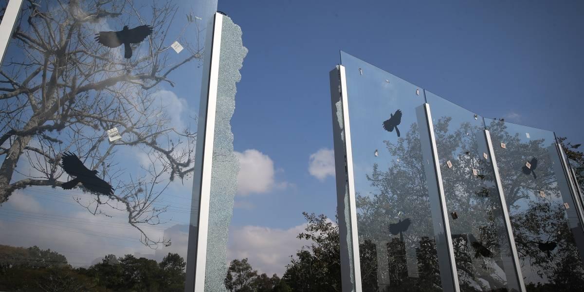 Muro de vidro da USP faz um ano, não está concluído e tem peças quebradas