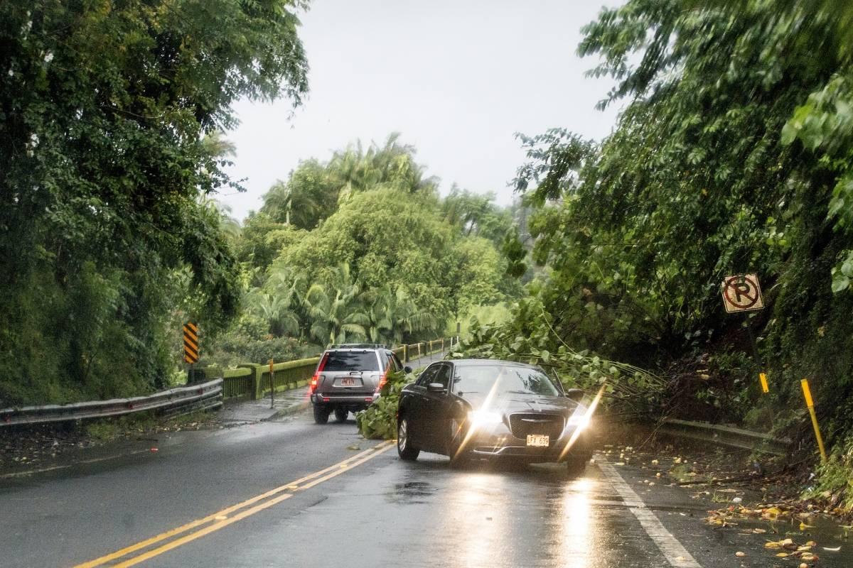 Un deslizamiento de tierra debido a fuertes lluvias bloquea un carril en el puente Honolii en la carretera 19 en Hilo, Hawaii. / AP