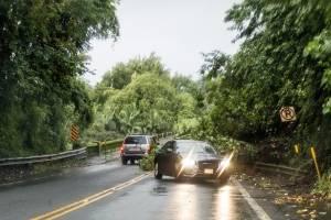 Un deslizamiento de tierra debido a fuertes lluvias bloquea un carril en el puente Honolii en la carretera 19, el jueves 23 de agosto de 2018 en Hilo, Hawaii. / AP