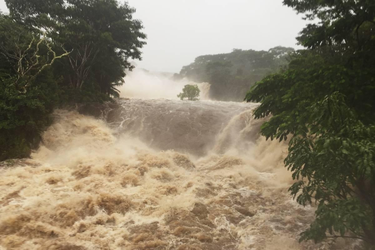 Esta foto proporcionada por Jessica Henricks muestra las inundaciones el jueves, 23 de agosto de 2018, en el río Wailuku cerca de Hilo, Hawaii. / AP