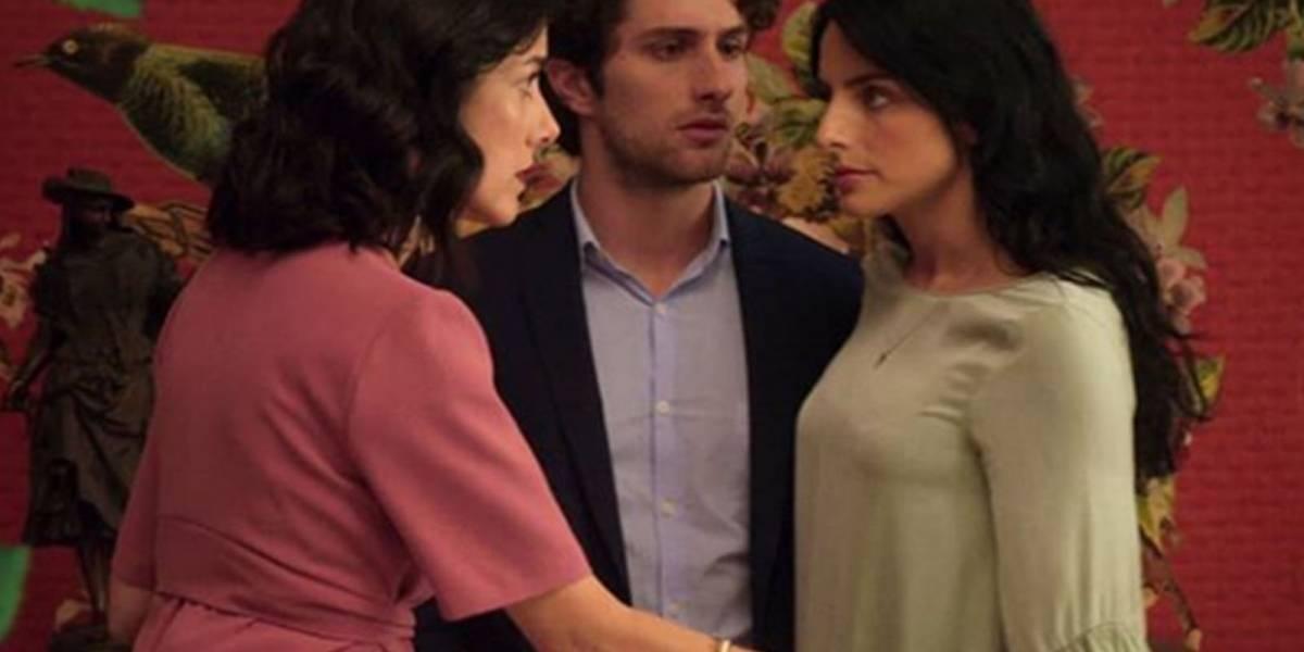"La Casa de Las Flores hace divertida parodia de ""La Rosa de Guadalupe"" para demostrar que no es una telenovela"