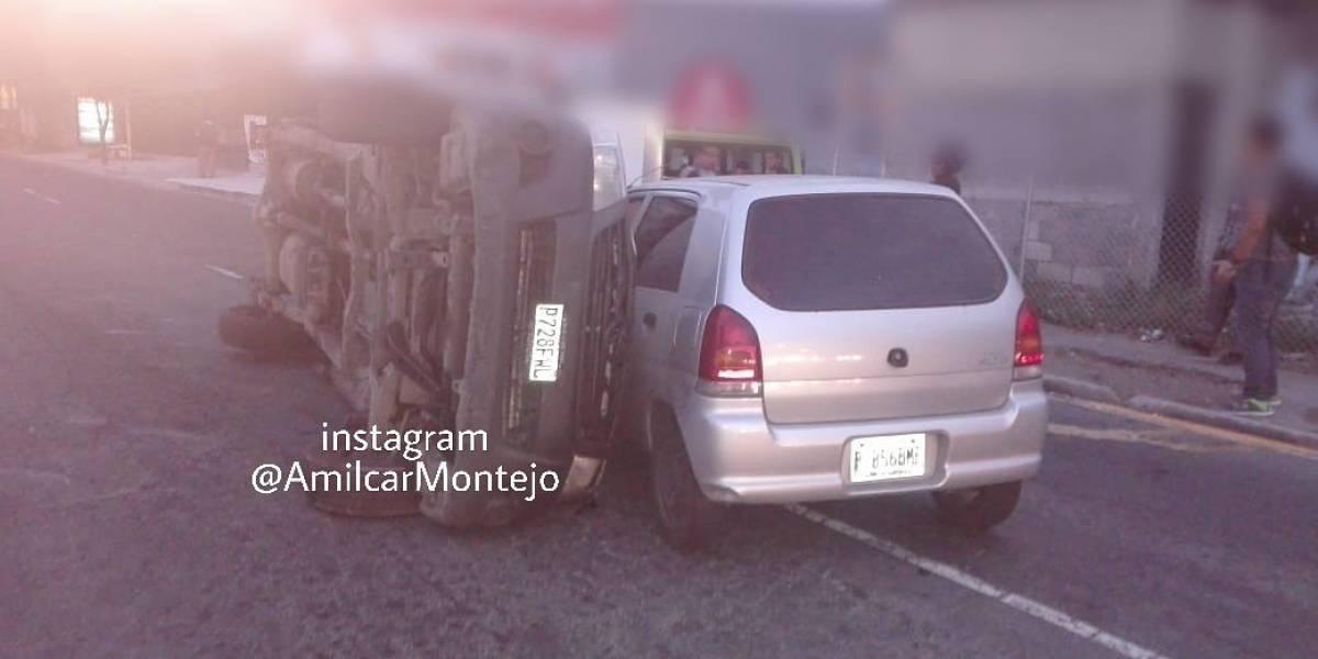 Camión queda volcado tras chocar con vehículo en la zona 12
